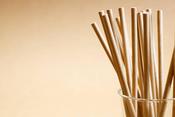 brown paper straws in glass - biodegradabile foto e immagini stock