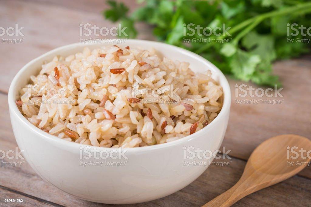 Tigela de arroz integral - foto de acervo