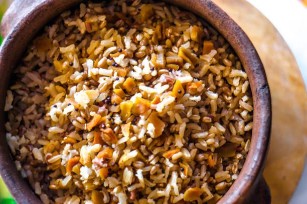 Arroz integral com legumes em panela de barro. Foco seletivo. - foto de acervo