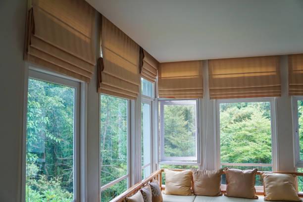 brązowy rzymski ślepy cień zasłona drzewo las góry tło salon - okno zdjęcia i obrazy z banku zdjęć