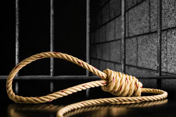 Braune Seil Schlinge dunklen und hellen auf schwarzen Tisch mit alten Gefängnis Bars Zelle sperren Hintergrund dunkel schwarz und Licht – Foto