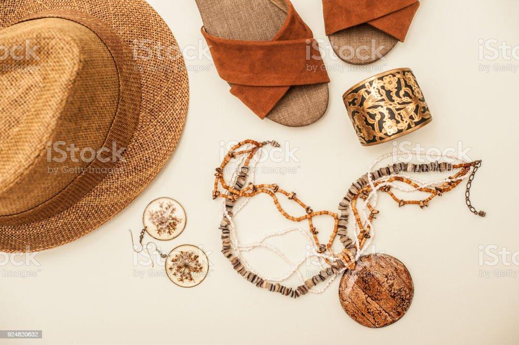 Sandalias marrones, collar, sombrero de paja y pendientes aislados en blanco - foto de stock