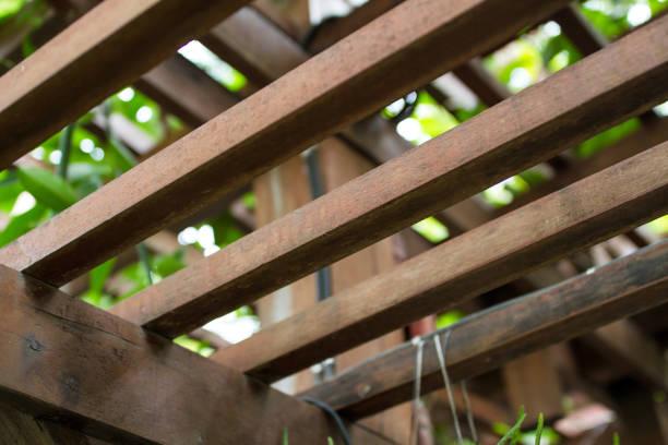 brown square holz dachlatte dach. - garagen pergola stock-fotos und bilder