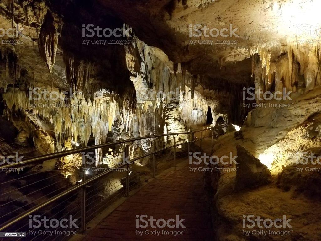 brun stalaktiter och stalagmiter i grotta eller cavern - Royaltyfri Extrema Sporter Bildbanksbilder