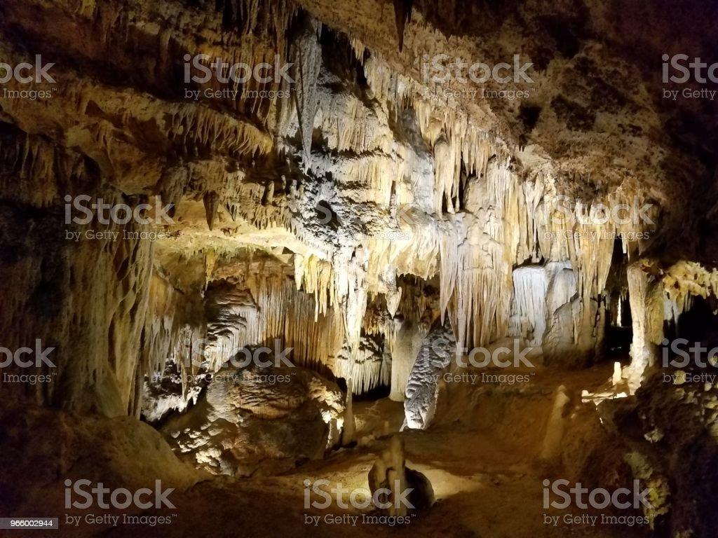 braune Stalaktiten und Stalagmiten in Grotte oder Höhle - Lizenzfrei Erforschung Stock-Foto