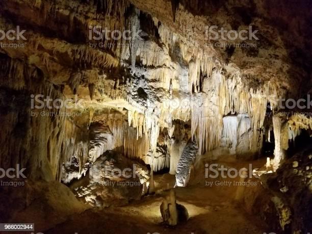 Braune Stalaktiten Und Stalagmiten In Grotte Oder Höhle Stockfoto und mehr Bilder von Erforschung
