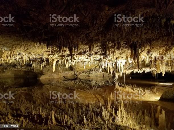 Braune Stalaktiten Und Stalagmiten In Grotte Oder Höhle Mit Wasser Stockfoto und mehr Bilder von Erforschung