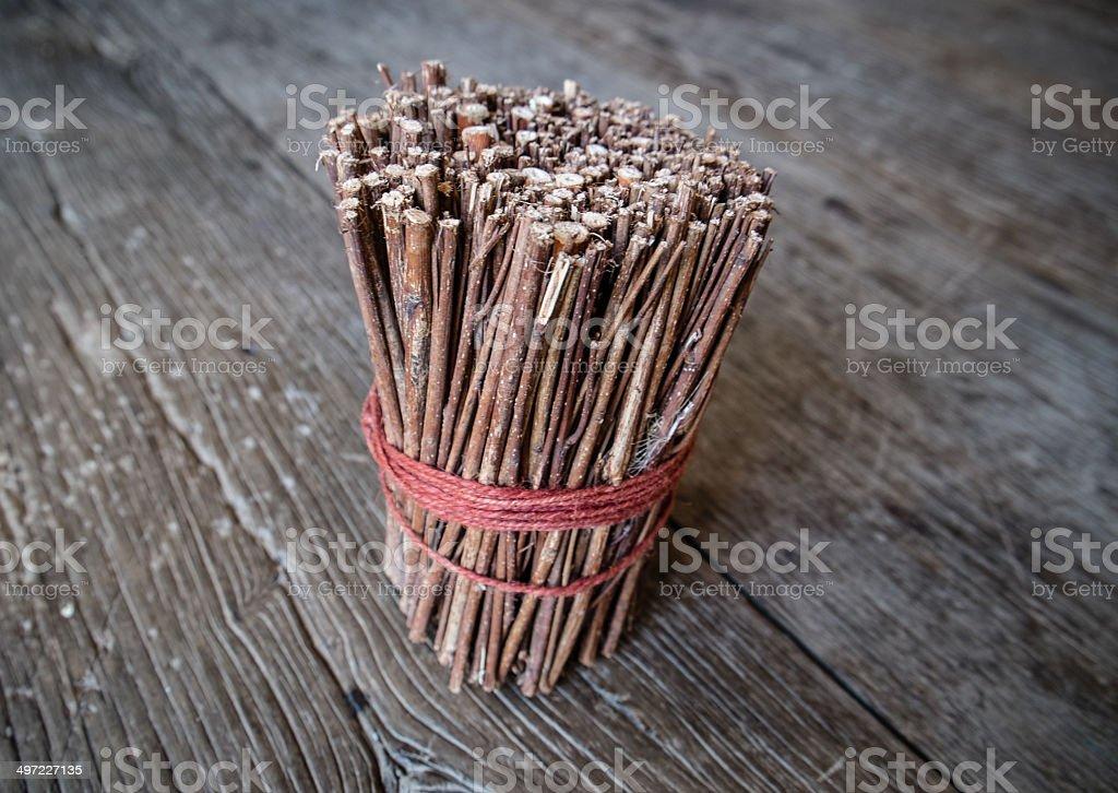 Dispositivo marrón de madera en la mesa de madera - foto de stock