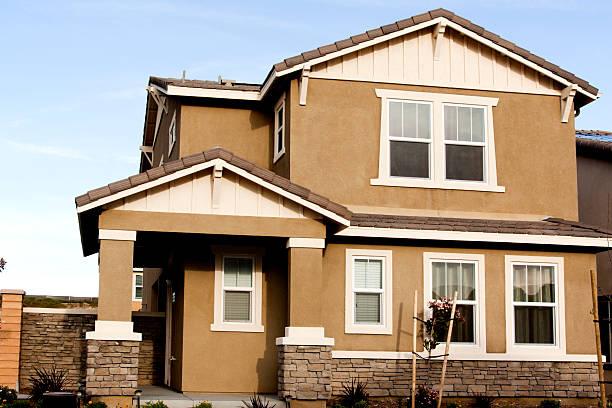 fachada de estuco hogar y cielo azul - estuco fotografías e imágenes de stock