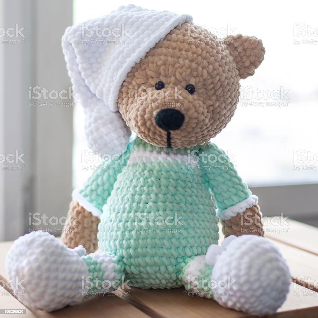 Marrón peluche oso de peluche de animales en ropa de color menta. Closeup - foto de stock
