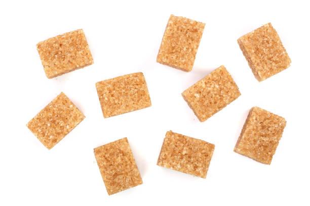 cubes de sucre brun isolés sur fond blanc. Vue de dessus. Poser de plat - Photo