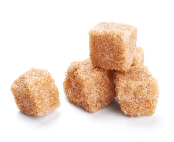 brauner zucker würfel isoliert auf weiss - würfelzucker stock-fotos und bilder