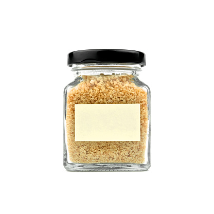 흰색 바탕에 절연 유리 병에 갈색 설탕 입자가 굵은 설탕 빈 노란색 막대기 주 종이 고 검은 뚜껑 모던 하 고 세련 된 닫습니다 가리기에 대한 스톡 사진 및 기타 이미지