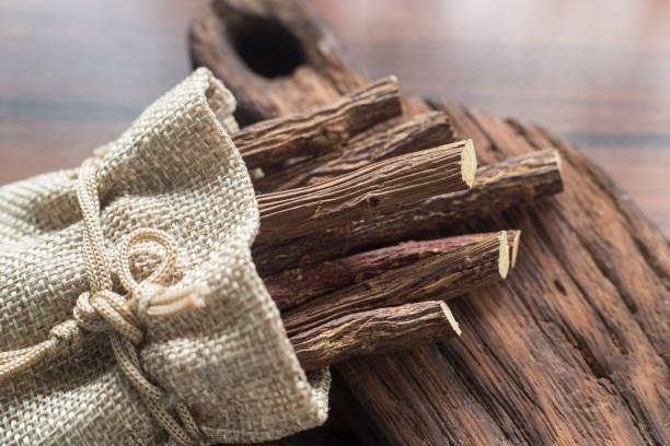 brown sugar in the spoon on the table - liquirizia foto e immagini stock