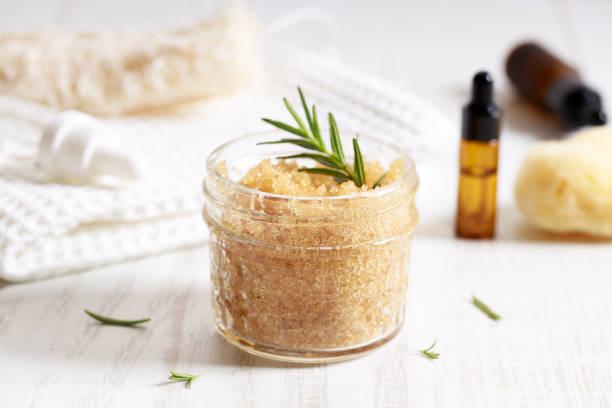Brauner Zucker peelings mit ätherischem Öl und frischem Rosmarin – Foto
