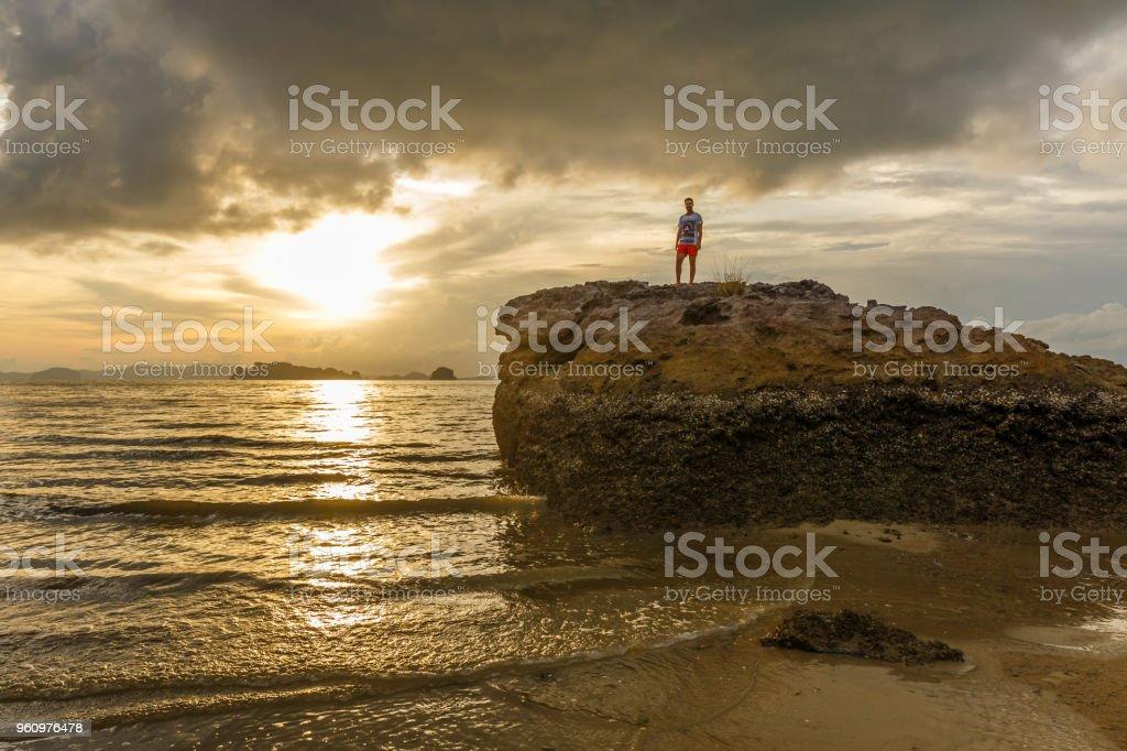 Braune Sonnenuntergang am Strand von Ao Nang, Krabi, Thailand - Lizenzfrei Asien Stock-Foto