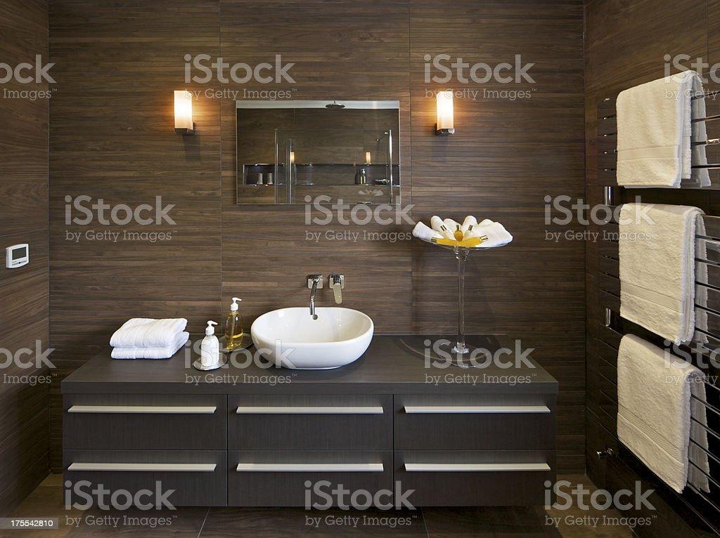 Marrone pavimenti in piastrelle e bagno per gli ospiti