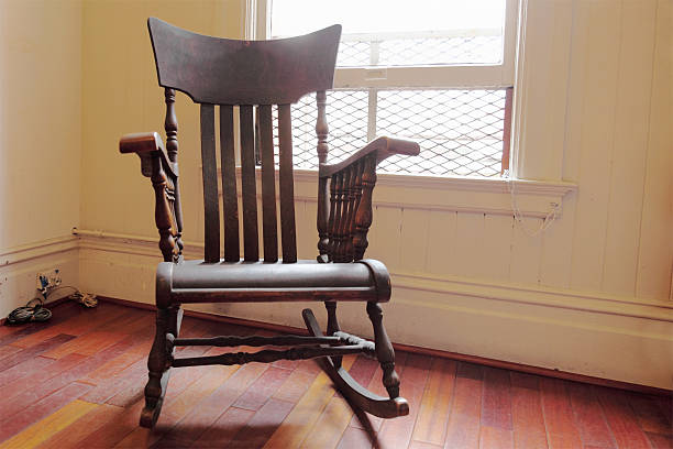 Braun Holz-beleuchtete Schaukelstuhl mit einem Fenster – Foto