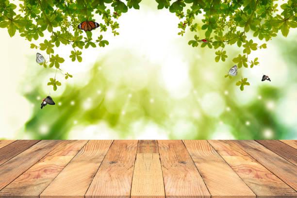 Braun Holztisch mit grünen Hintergrund jedoch unscharf. – Foto
