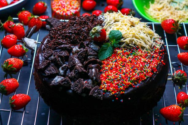 brownie-kuchen mit vier geschmacksrichtungen - oreo torte ohne backen stock-fotos und bilder