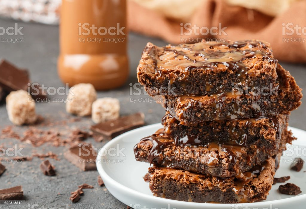 Brownie. Tartas caseras de chocolate y caramelo. Postre americano. Enfoque selectivo - foto de stock