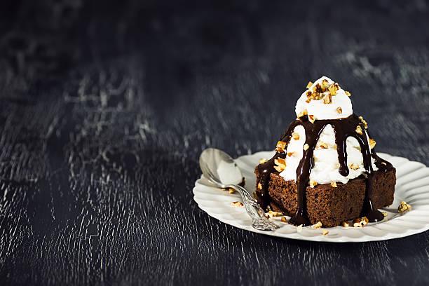 coppa di gelato gelato brownie con gelato alla vaniglia, pinoli e salsa di cioccolata - coppa gelato foto e immagini stock
