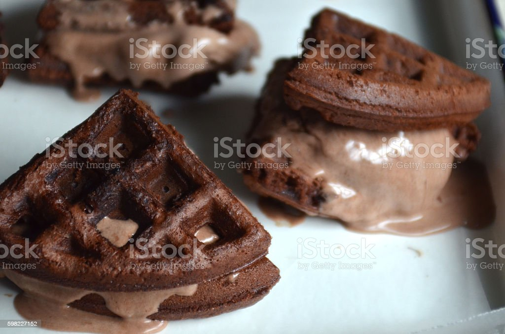 Brownie waffle chocolate ice cream sandwiches foto royalty-free