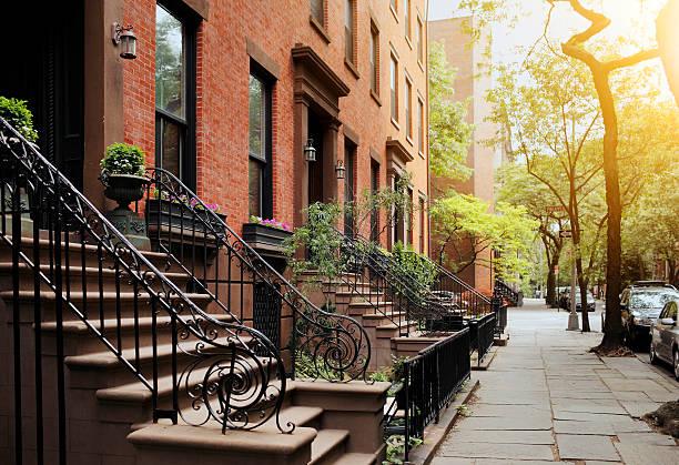 Brownstone e a calçada, no Brooklyn Heights, NY - foto de acervo