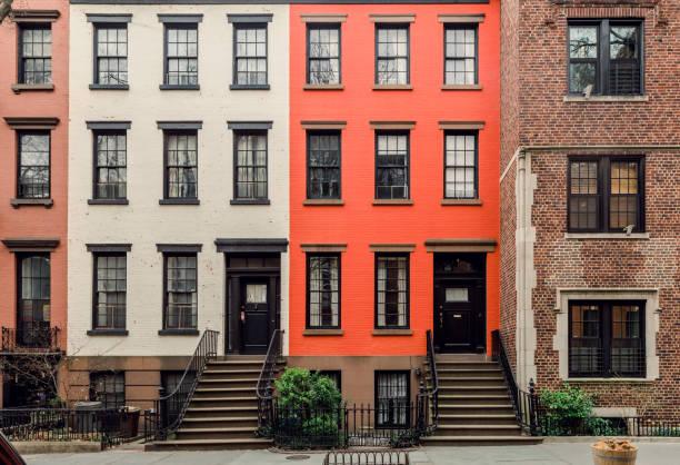 fachadas brownstone & casas de fileira em um bairro icônico de brooklyn heights, em nova york - fachada - fotografias e filmes do acervo