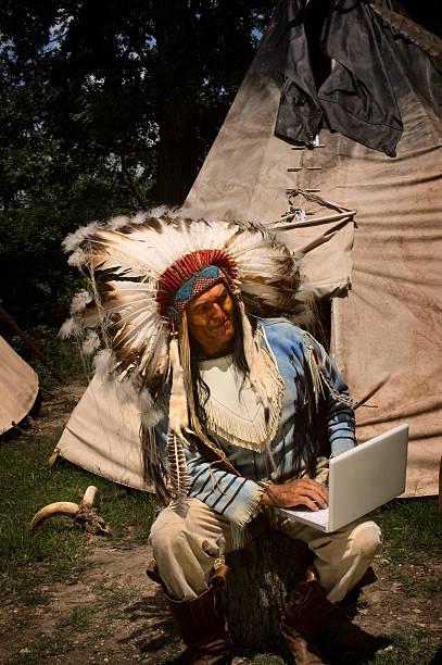 surfen eagle - indianer kostüm herren stock-fotos und bilder