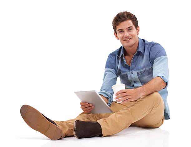 Navegar na internet no seu tempo livre. - foto de acervo