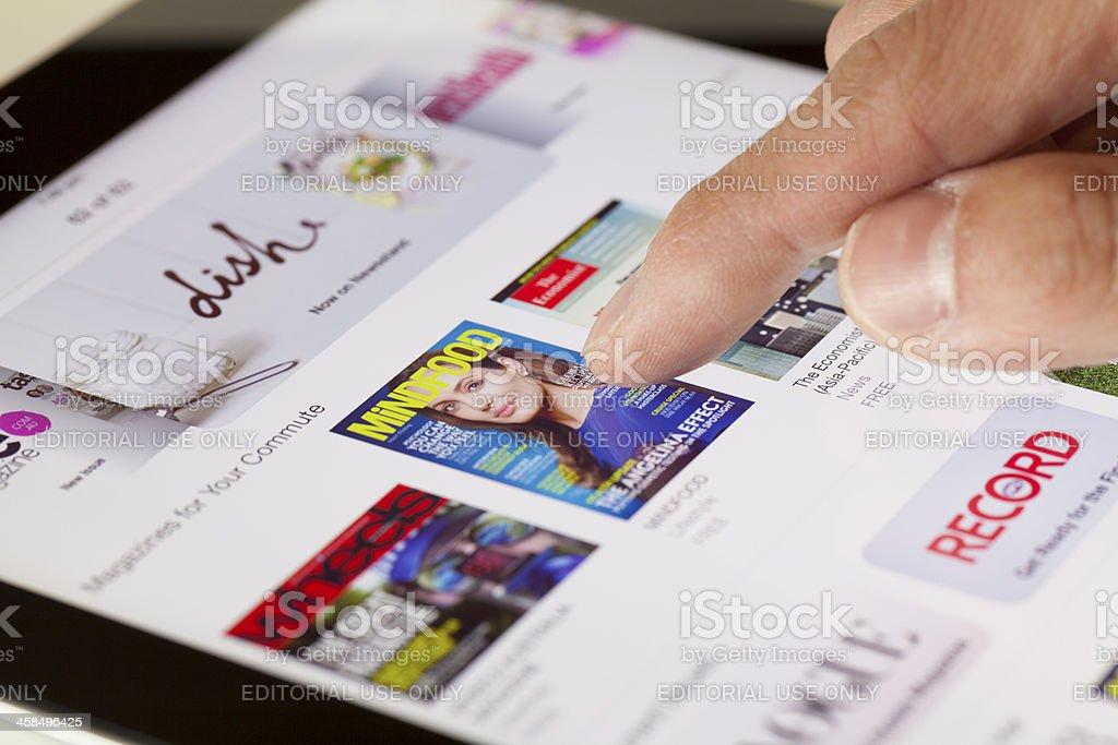 Navegando a banca de revistas em iOS 7 - foto de acervo