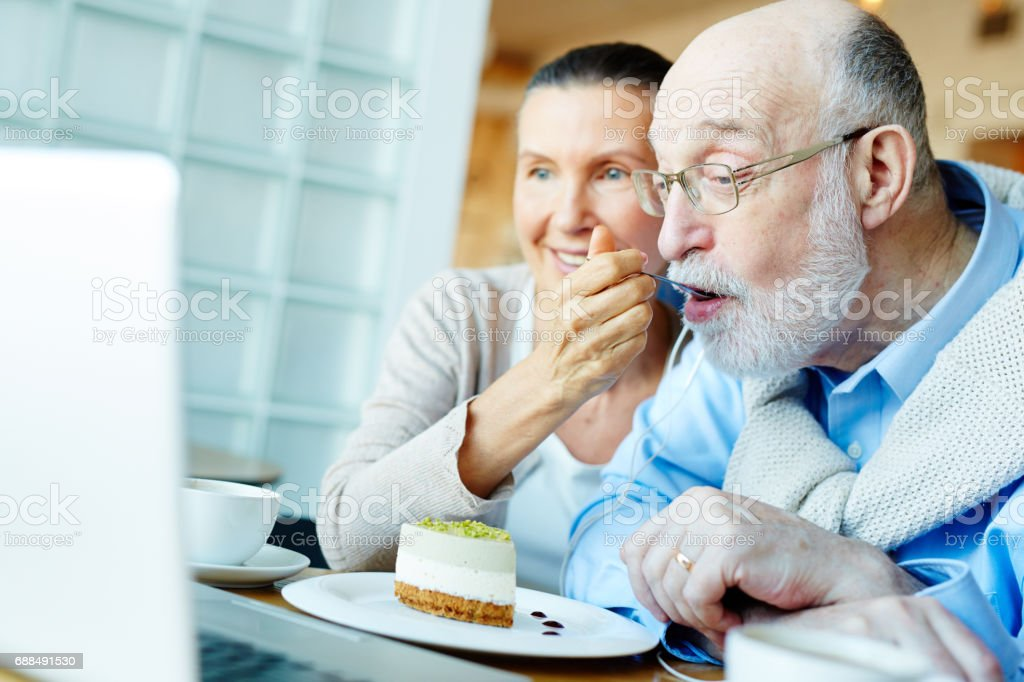Browsing while eating – Foto