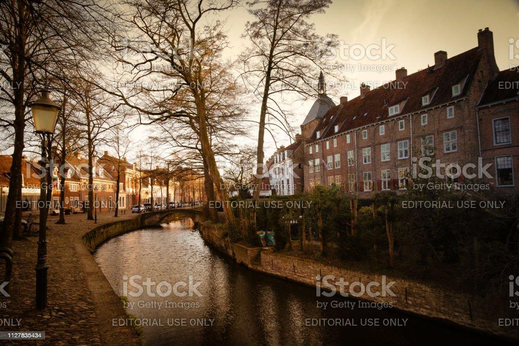 Brug over een kanaal in Amersfoort, Nederland foto