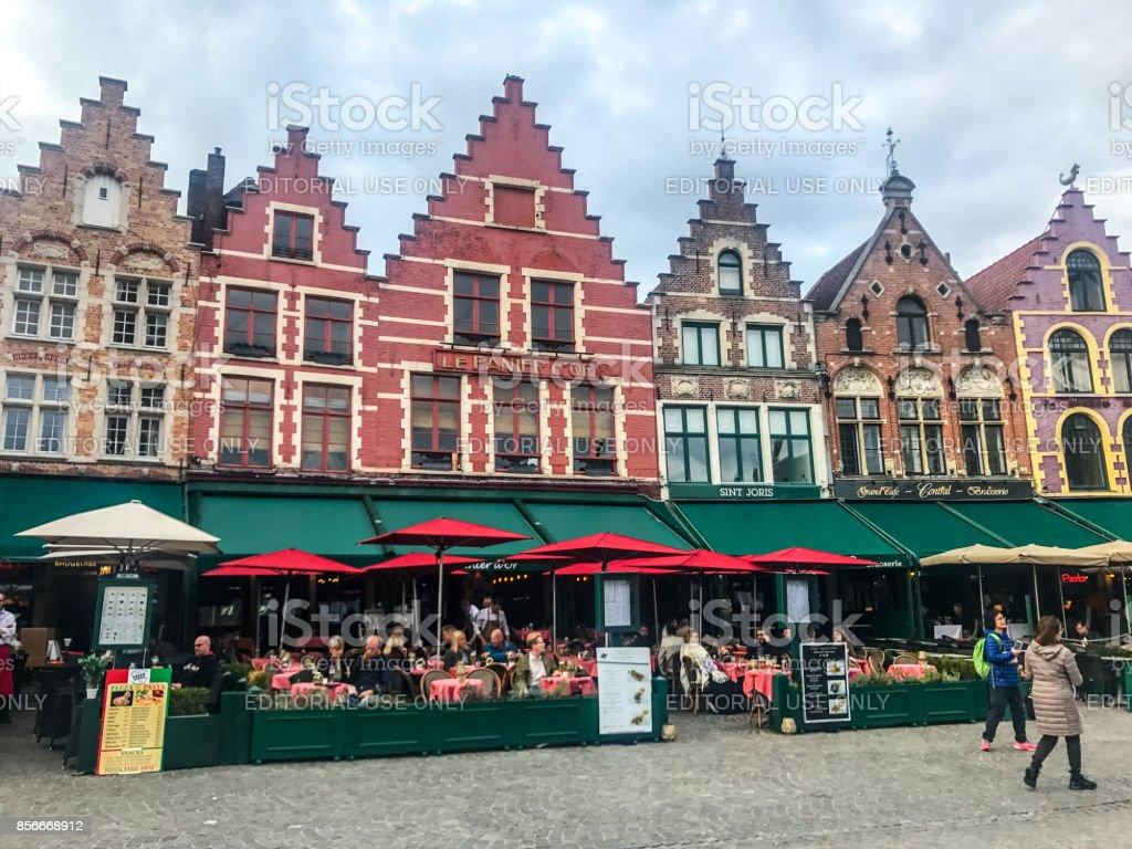 Brujas Markt Plaza Con Cafés Y Turistas Turismo Bélgica Foto