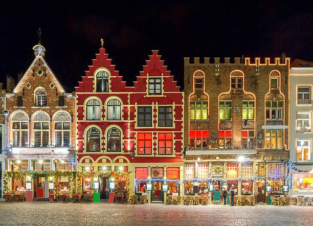 brujas. mercado plaza por la noche - bélgica fotografías e imágenes de stock