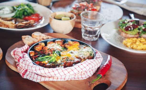 brunch mit verschiedenen gerichten-gebratene eier und crêpes - sonntagsbrunch stock-fotos und bilder