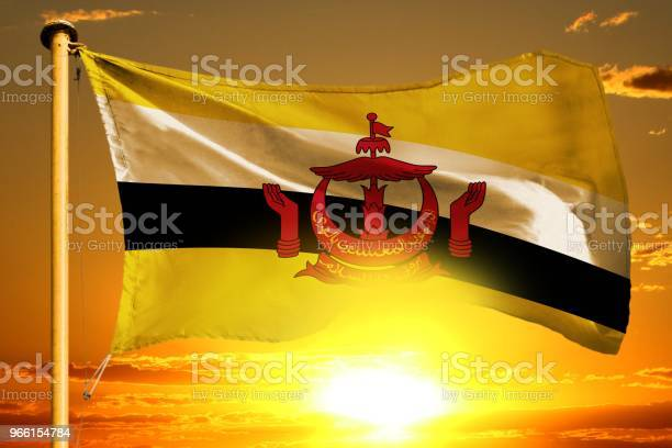 Vlag Van Brunei Darussalam Weven Op De Prachtige Oranje Zonsondergang Met Wolken Achtergrond Stockfoto en meer beelden van Buitenopname