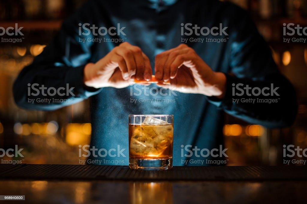 Brunet Barkeeper Cocktail ein frisches Orange Citron hinzufügen – Foto