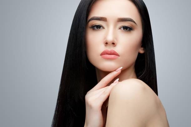 긴 스트레이트 머리와 갈색 머리 아시아 소녀 - 파마 뉴스 사진 이미지