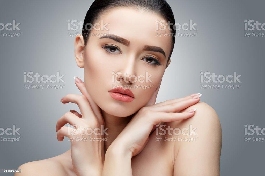 긴 스트레이트 머리와 갈색 머리 아시아 소녀 - 로열티 프리 갈색 스톡 사진