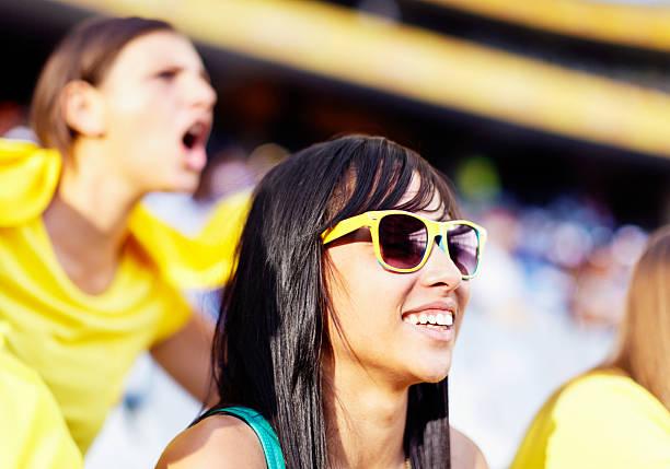 brunette brasilianische schönheit lächeln im soccer match - spielerfrauen stock-fotos und bilder