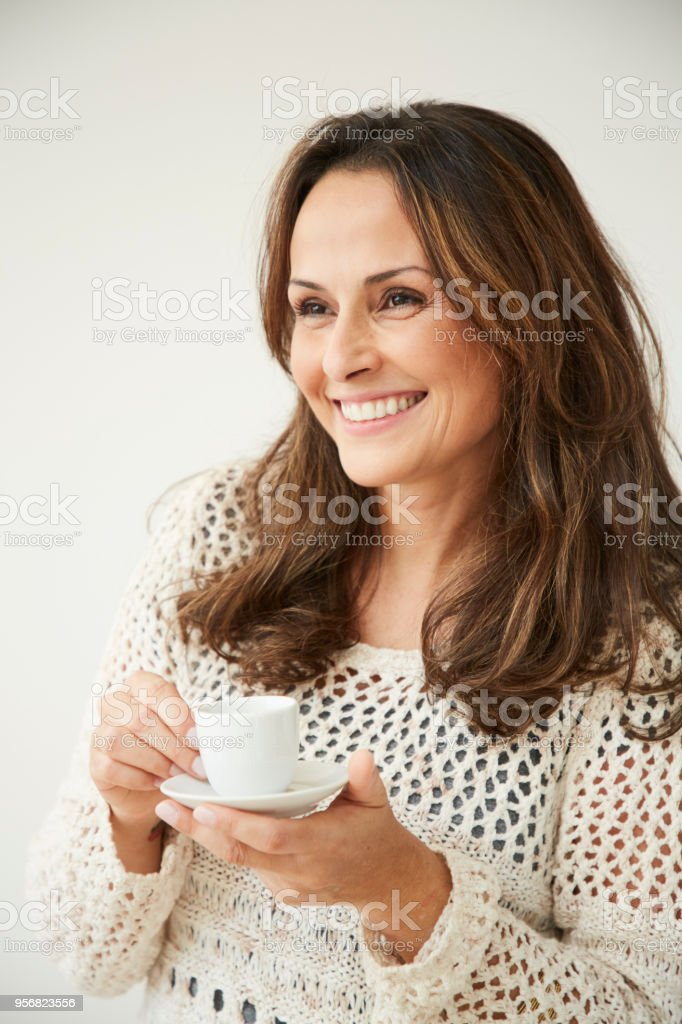 Brunette enjoying coffee – zdjęcie