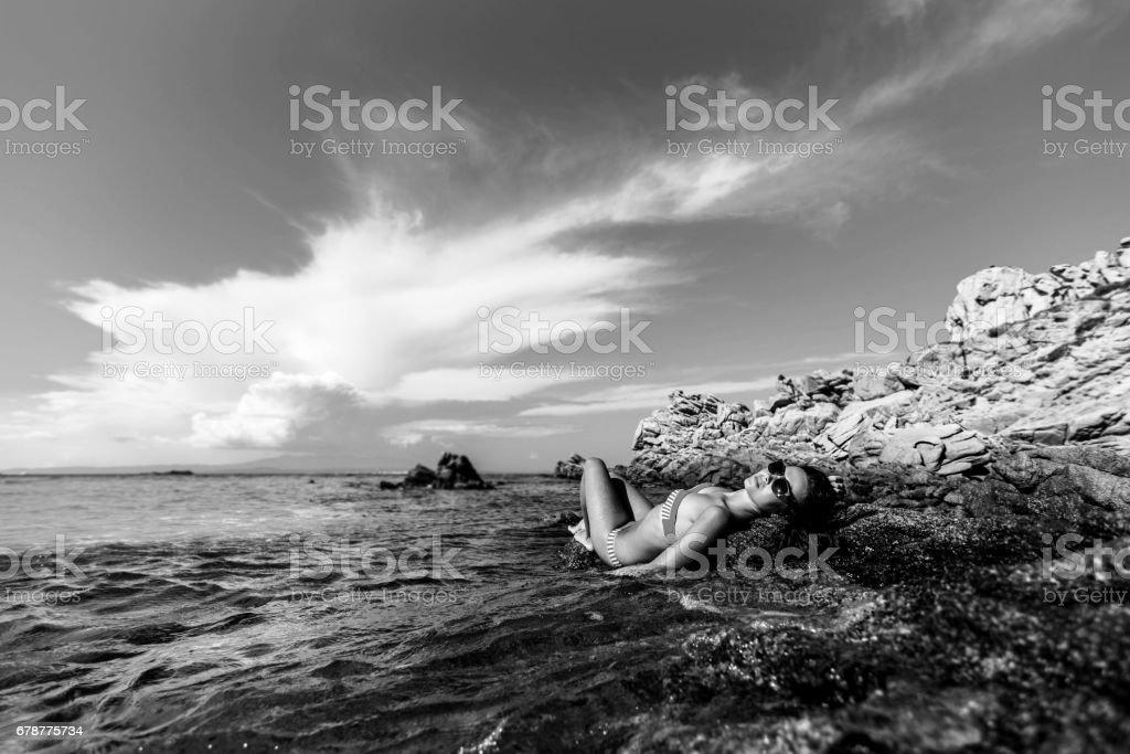 Brunette girl relaxing at the sea photo libre de droits