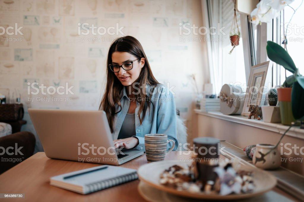 Brunette meisje met laptop thuis. - Royalty-free Appartement Stockfoto