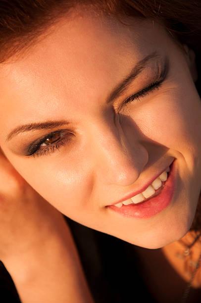 брюнетка девушка с черными волосами на открытом сессии - vlad models стоковые фото и изображения