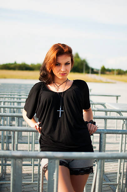 брюнетка девушка с красными волосами на открытом воздухе - vlad models стоковые фото и изображения
