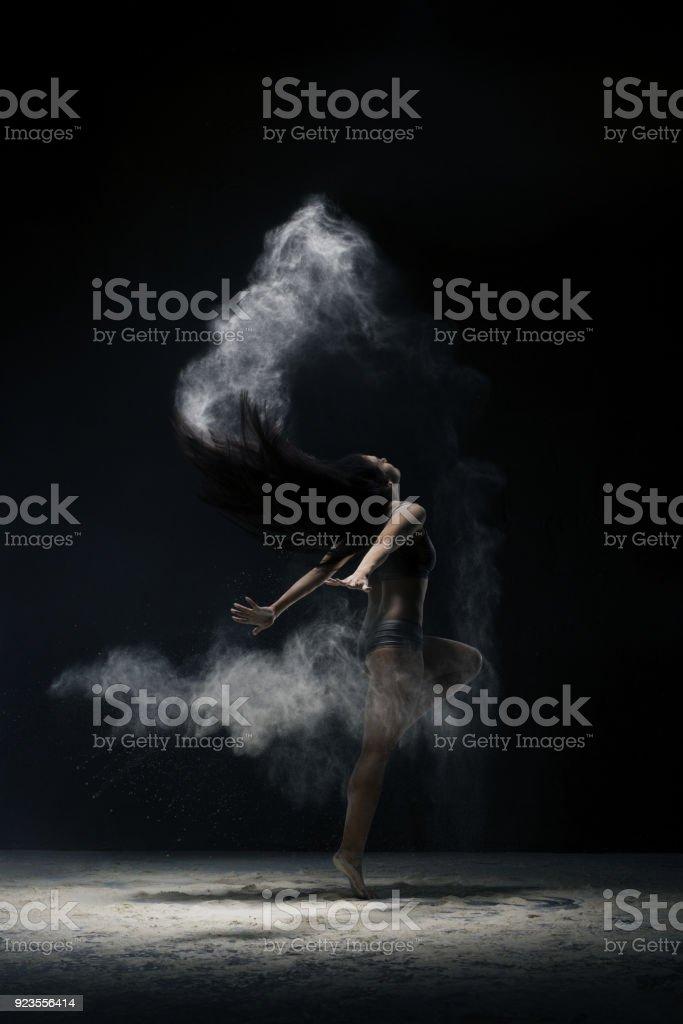 Brünette springen anmutig in Staub-Cloud-Ansicht – Foto