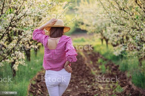 Brunette lady in orchard picture id1126706973?b=1&k=6&m=1126706973&s=612x612&h=xq2kizrlizkavxotrjd2mdxa5cqpgombhk6iazb6xrm=