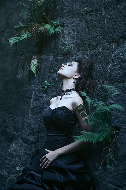 brünette über die gebäude hintergrund - vampir schminken frau stock-fotos und bilder